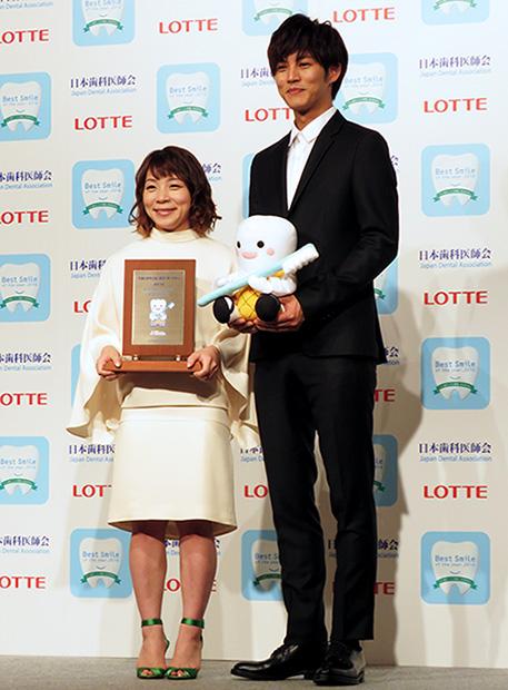 ベストスマイルに輝いた三宅宏実さん(左)と松坂桃李さん(右)